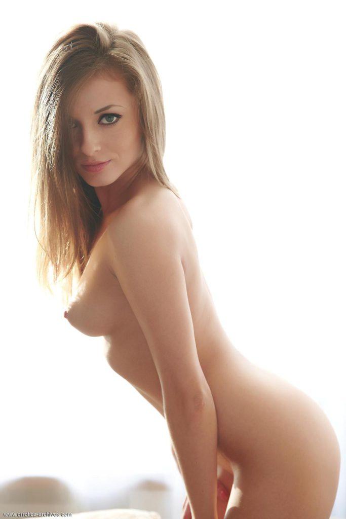 Красивая голая шатенка ласкает себя