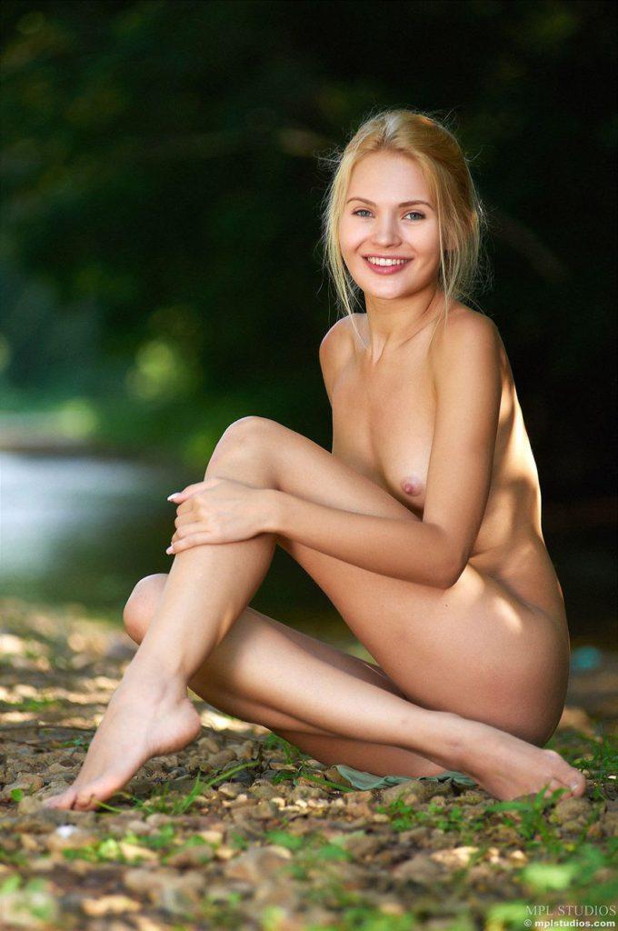 Голая девушка с красивой улыбкой