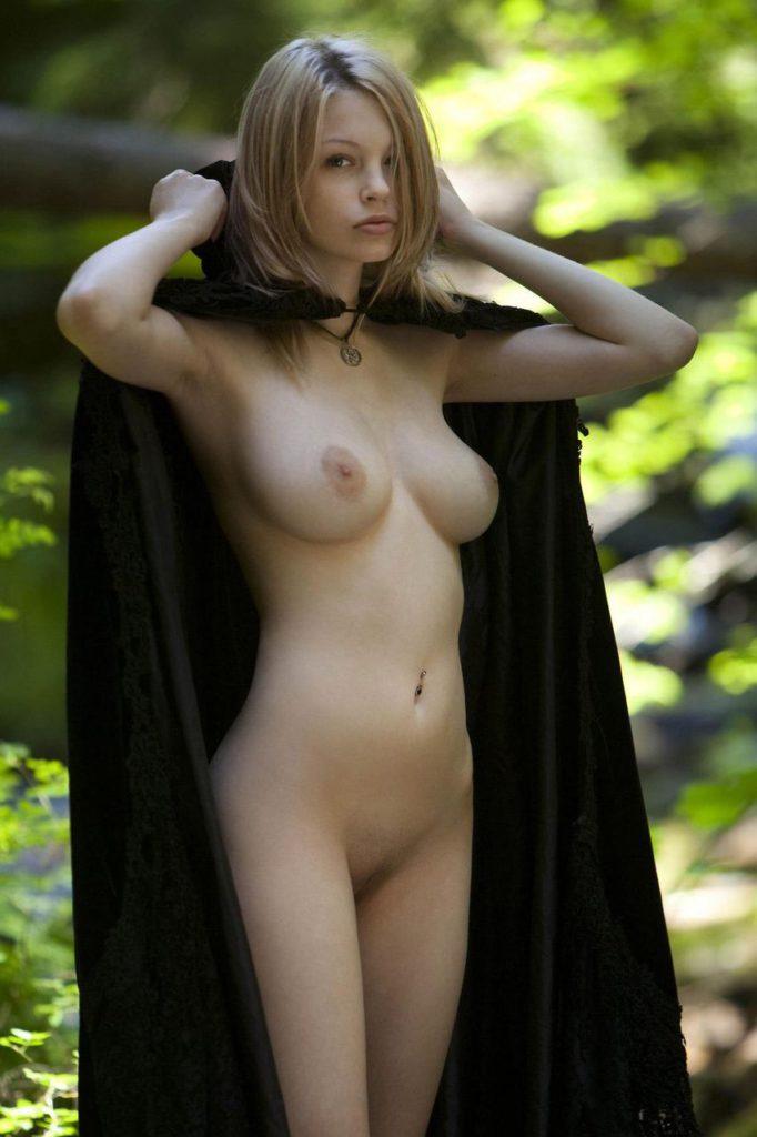 Блондинка с накидкой и большой грудью
