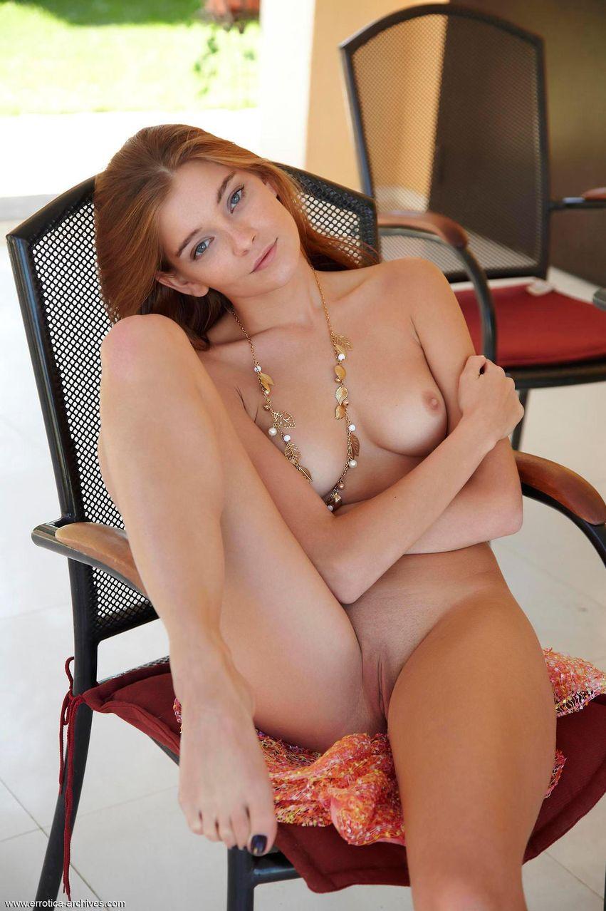 Красивая молодая студентка голышом