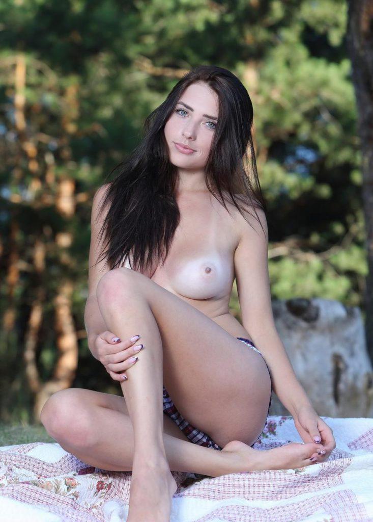 Студентка с голой грудью на природе