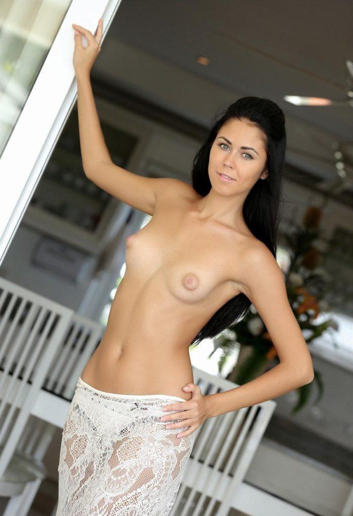 Красивая голая жена показывает грудь