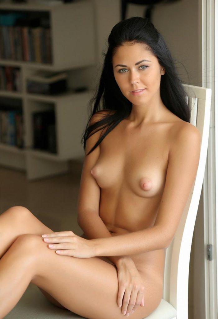 Девушка с голой грудью улыбается