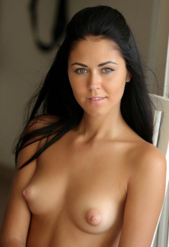 Милая девушка светит голыми сиськами