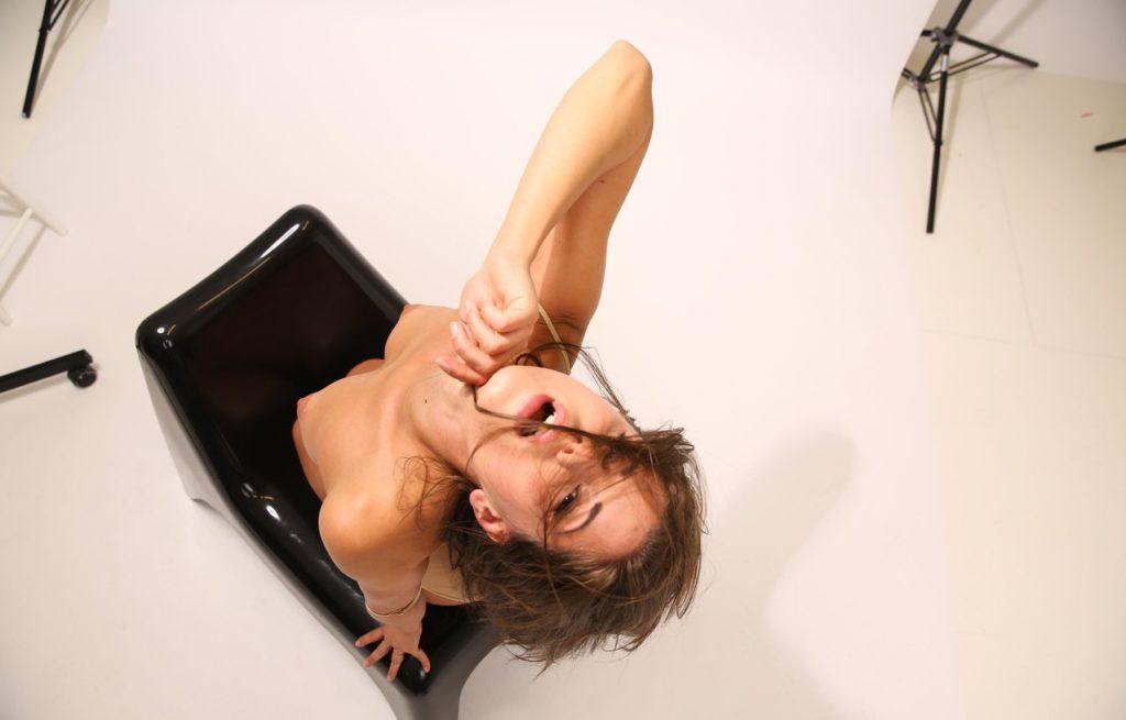 Девушка с красивой голой грудью