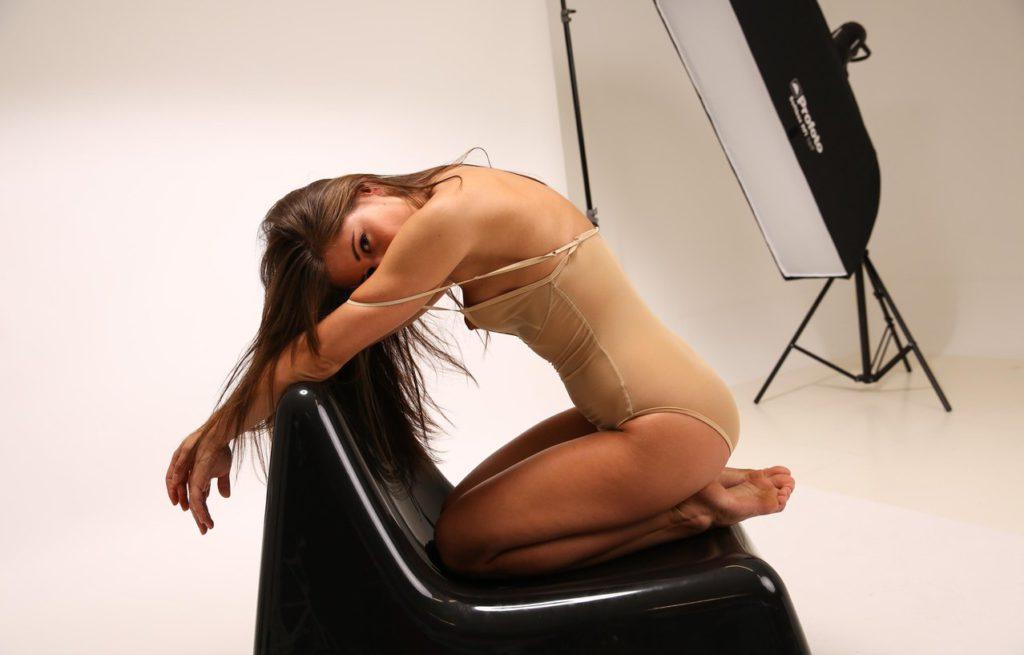Девчонка позирует с обнажённой грудью