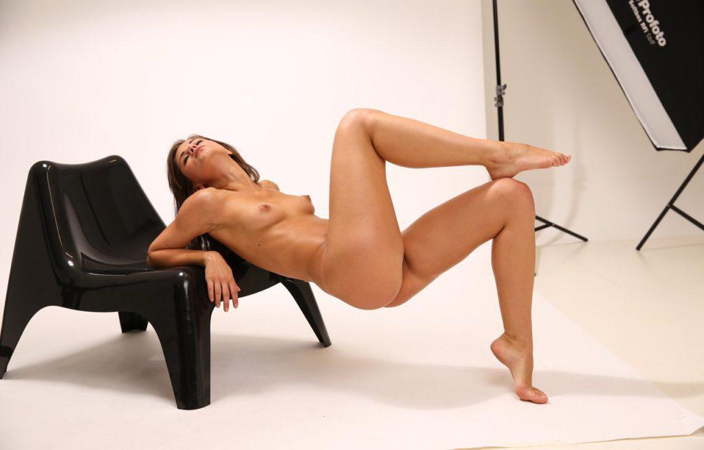 Модель позирует голышом в фотостудии