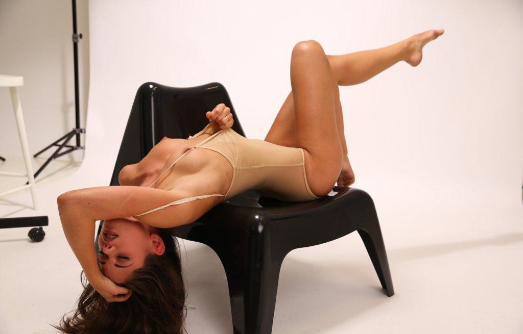 Модель с голыми возбуждёнными сосками