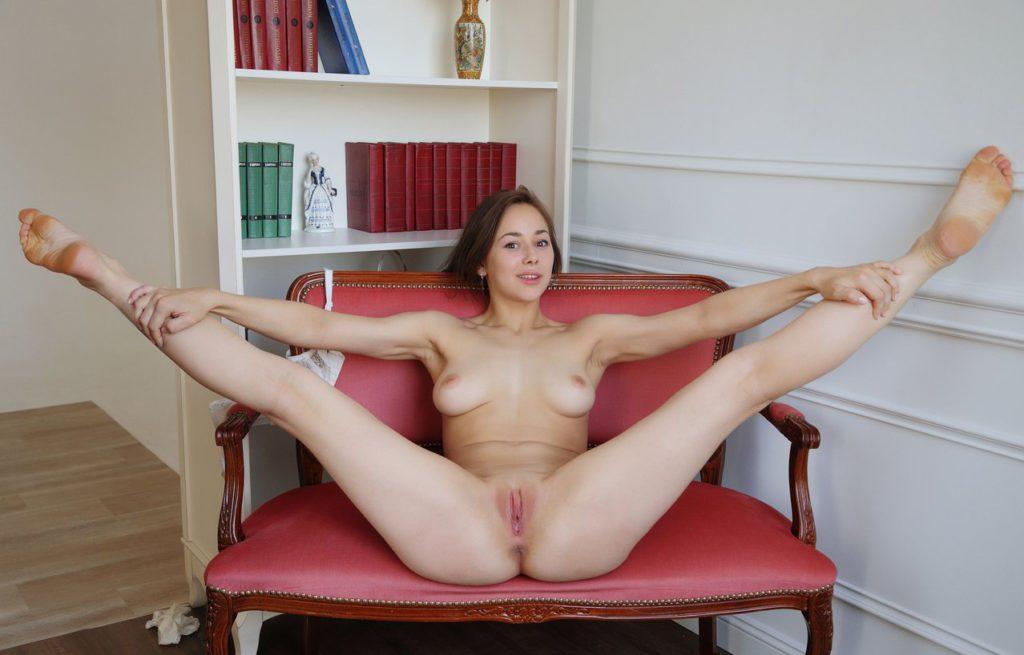 Красавица лежит голышом и раздвигает ножки