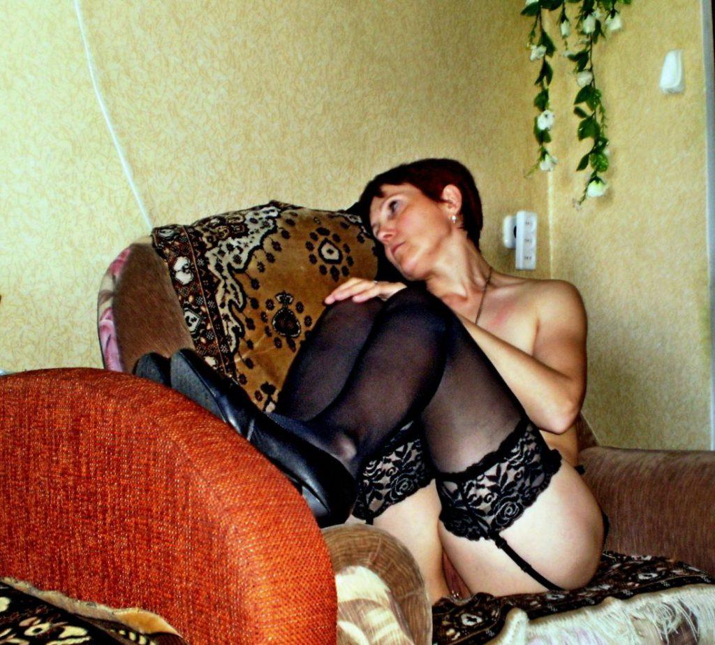 Красивая дама с голой пиздой