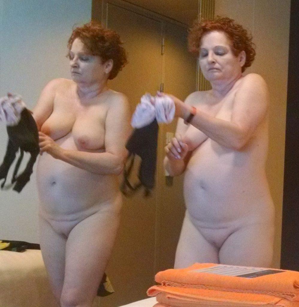 Голая дама одевает трусики