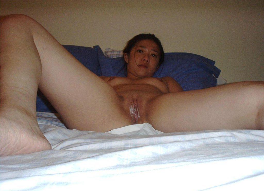 Обнажённая азиатка со спермой в вагине