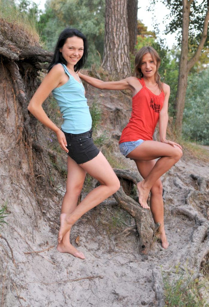 Две молодые подруги в лесу