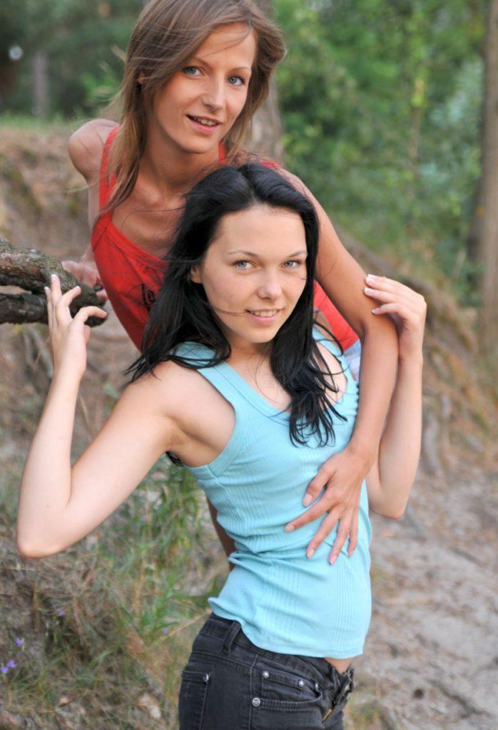 Две бисексуалки обнимаются