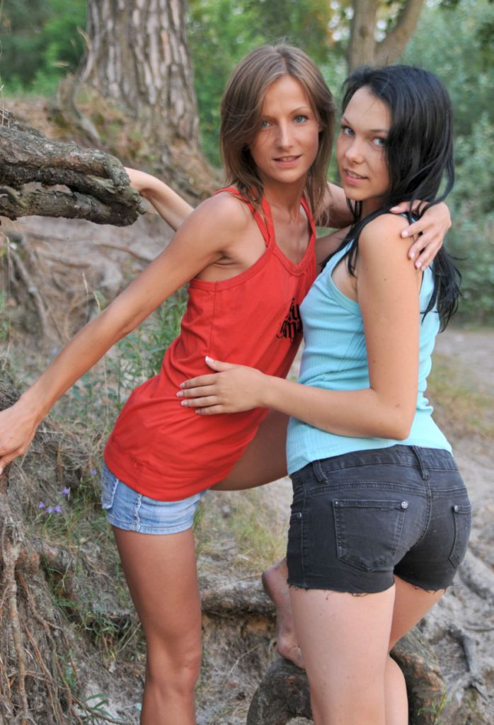Две подруги позируют в лесной чаще