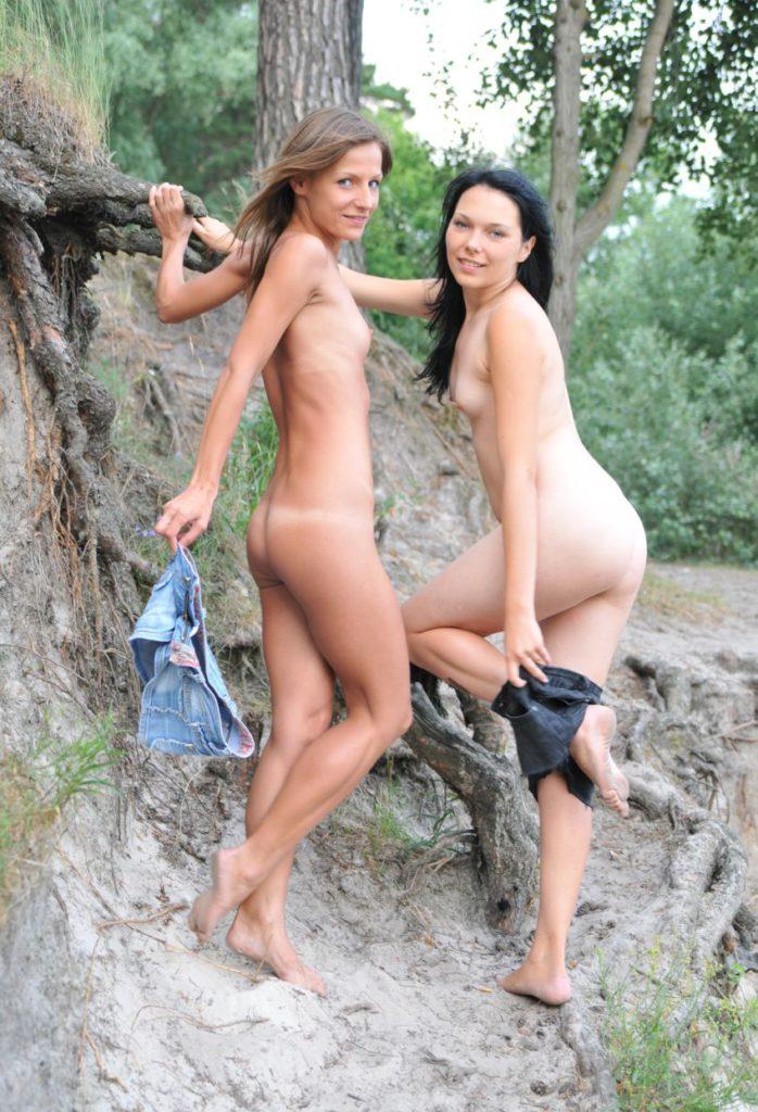 Две голые сексуальные подруги показывают себя