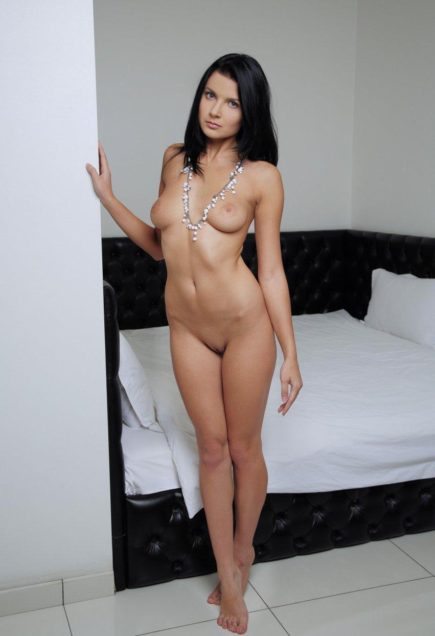 Фото голой брюнетки у кровати