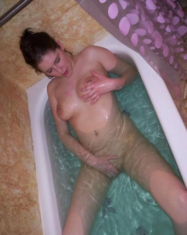 Девчонка с голой грудью трогает писю в ванной