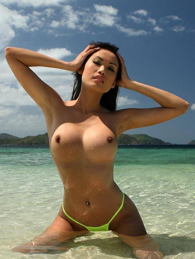 Голая азиатка с большой грудью на пляже
