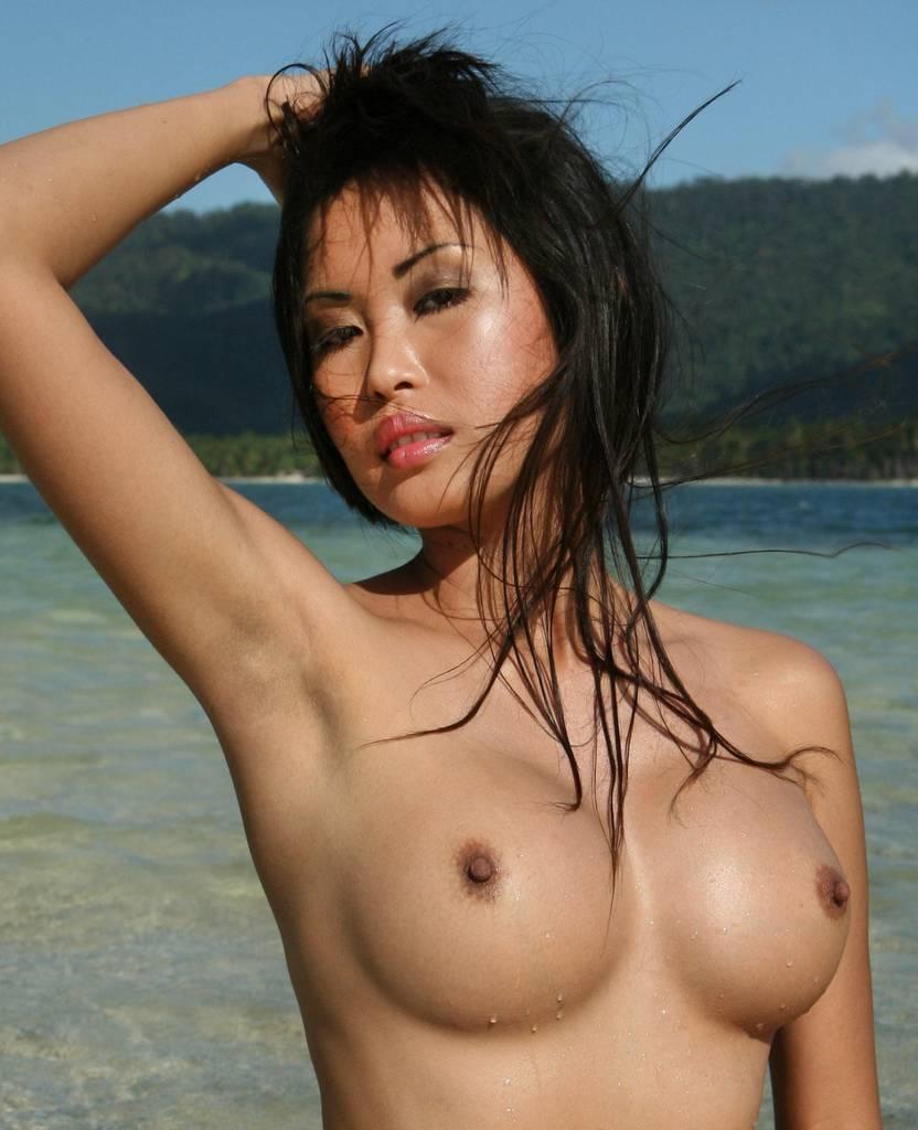 Азиатка с большими голыми сиськами