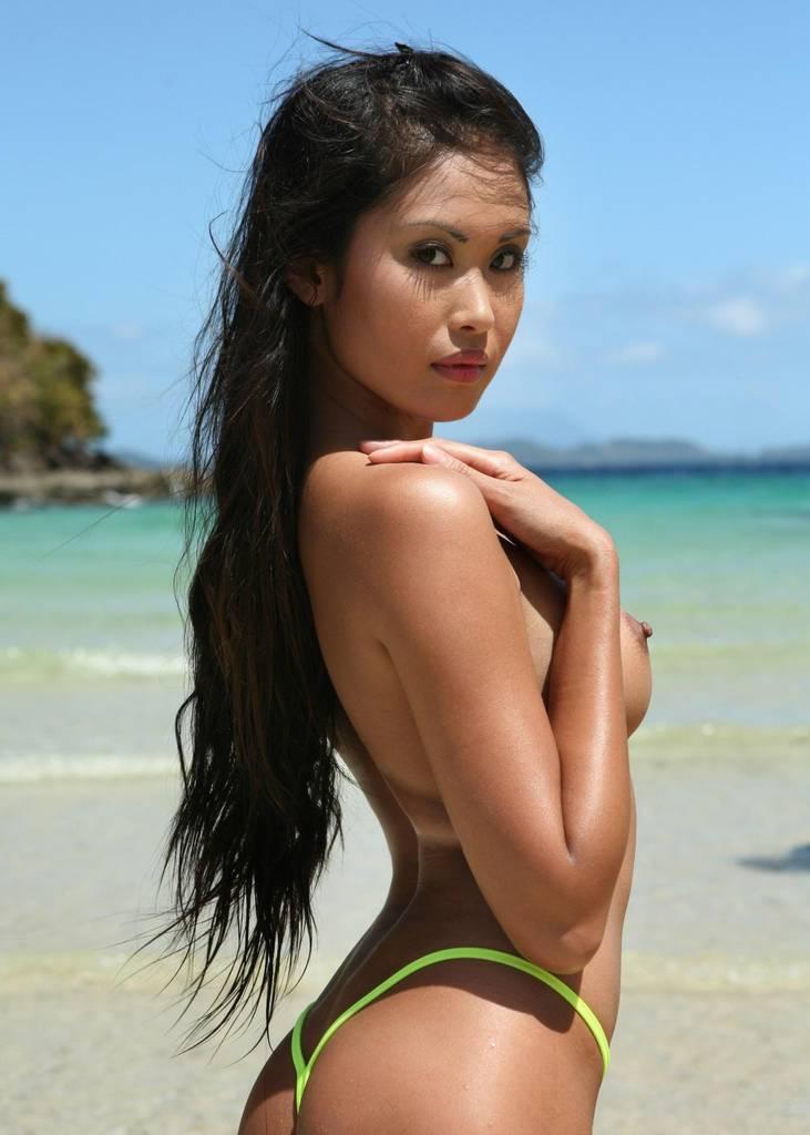 Красивая азиатка с голой грудью