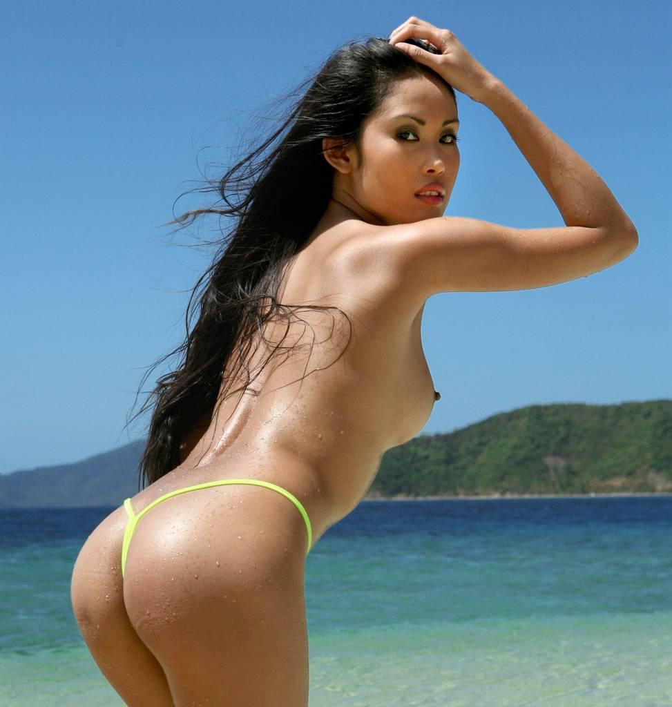 Красивая азиатка стоит раком