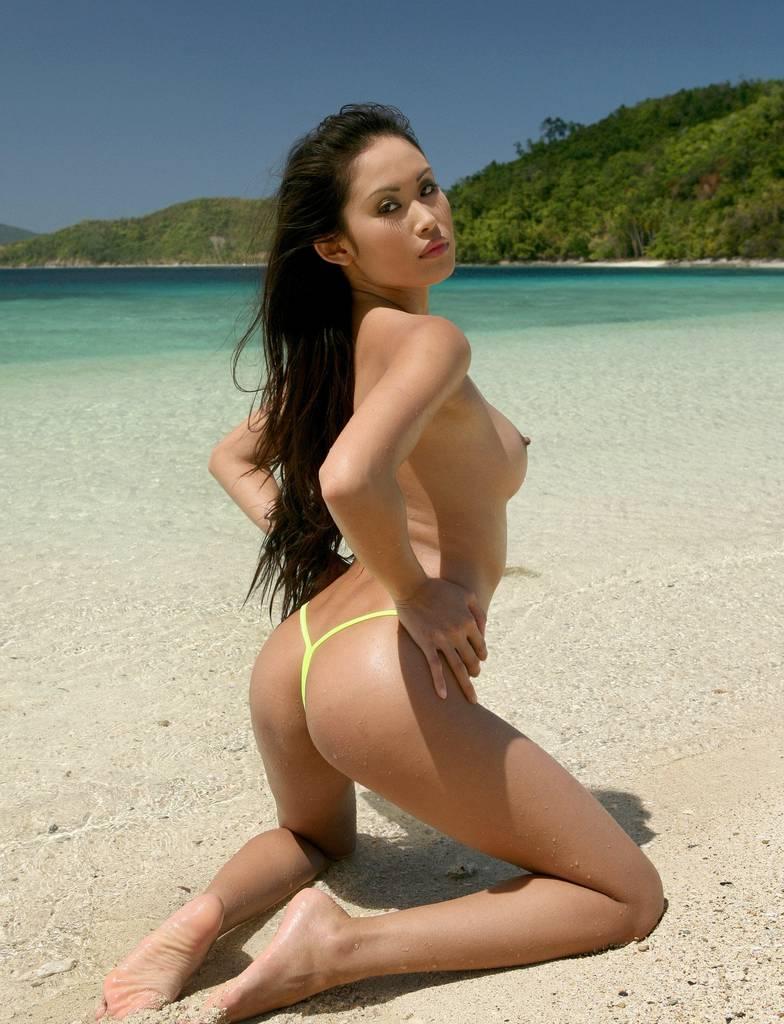 Азиатка показывает голую грудь и попу