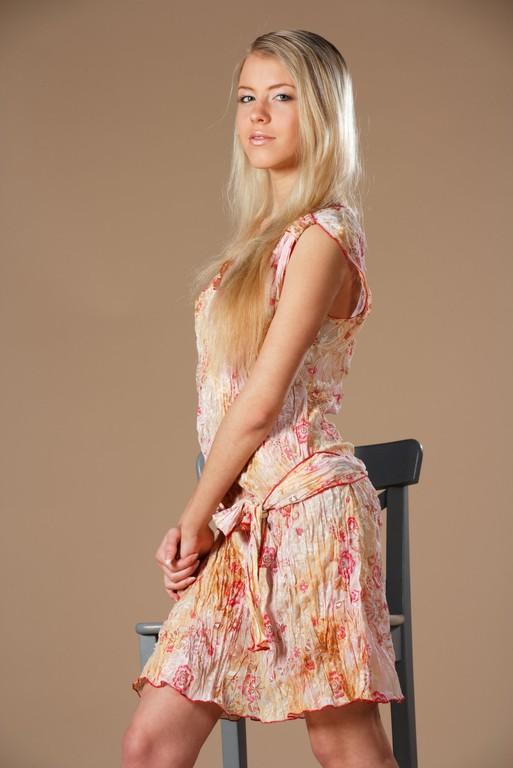 Красивая блондинка в сарафане